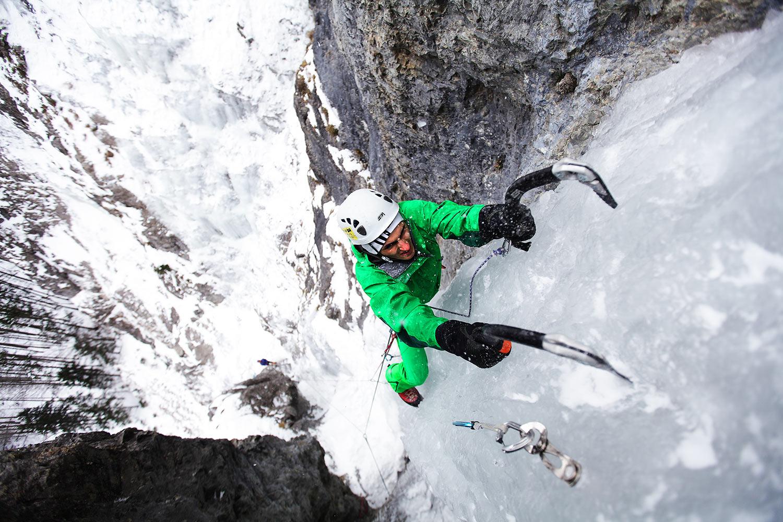 """Dominik Kubica na lodospadzie """"Oczy pełne lodu"""", fot. Adam Kokot"""
